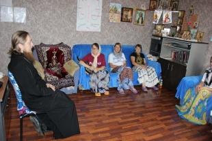 Православный священник помогает